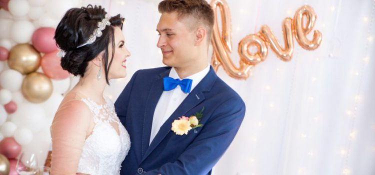 para młoda na ściance fotografia ślubna